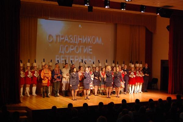 Подарком для виновников торжества стала концертная программа, подготовленная курсантами
