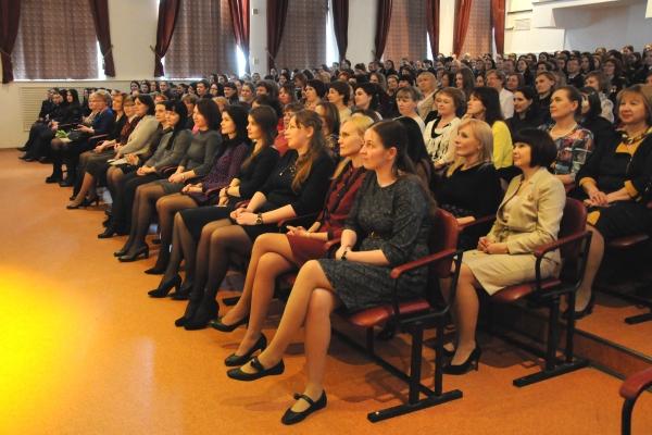 В канун 8 Марта мужская часть коллектива ВИПЭ ФСИН России подготовила для девушек и женщин праздничный концерт