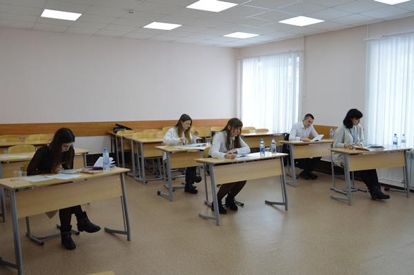 Экзамен сдавали 30 выпускников факультета внебюджетного образования