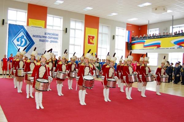 Церемония открытия продолжилась выступлениями лучших вокалистов института, ансамбля барабанщиц