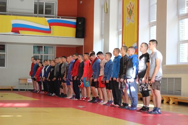 В первенстве по самбо среди переменного состава приняли участие мужские и женские команды трех факультетов, в составе каждой по 10 человек