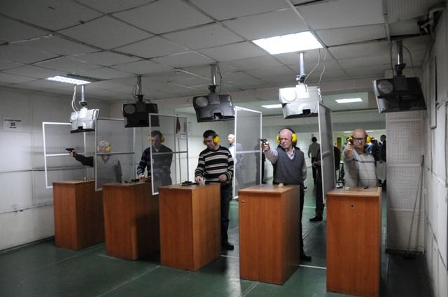 Мужчины выполняли традиционное упражнение ПМ-1 по стрельбе из боевого оружия