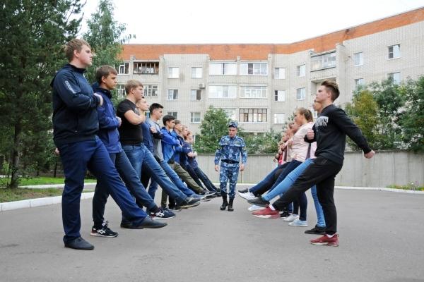 В преддверии мероприятия для школьников проходят занятия по строевой подготовки на базе Вологодского института права и экономики ФСИН России