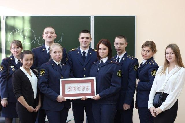 В завершении встречи Олег Кувшинников еще раз поздравил всех присутствующих с праздником и вручил курсантам и студентам памятные подарки – картины с изображением хэштэга «Во35»