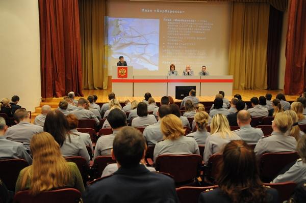 На лекции слушатели узнали о ходе Сталинградской битвы и ее историческом значении, а также героизме и мужестве советских солдат и граждан