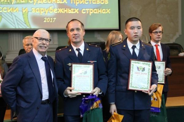 Руководители ФССП России вручили памятные подарки вологжанам, поблагодарили за участие в конкурсе и пожелали дальнейших успехов в научной деятельности