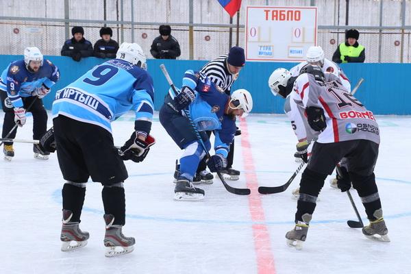 В ИК-3 УФСИН России по Омской области новый хоккейный сезон открыли турниром с участием двух команд любительской хоккейной лиги и сборной осужденных учреждения