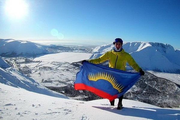 Сотрудник УФСИН взошел на Эльбрус с флагом Мурманской области