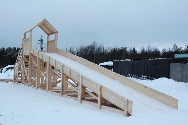 В КП-51 УФСИН России по Республике Коми изготовили деревянную горку для семейного отдыха