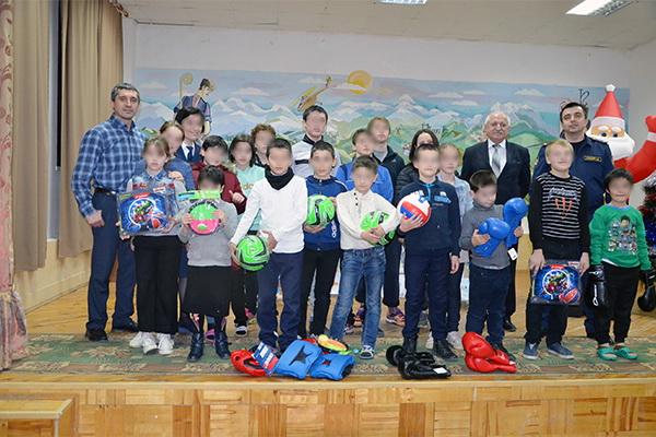 Сотрудники УФСИН России по Республике Дагестан поздравили воспитанников школы-интерната с Новым годом