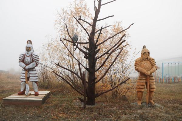 Территорию, прилегающую к ИК-1 УФСИН России по Республике Саха (Якутия), украсили фигуры якутских богатырей
