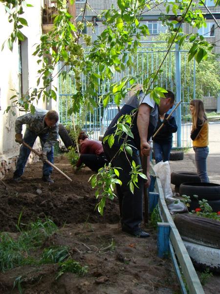 На озеленение территории вышли все сотрудники городских уголовно-исполнительных инспекций в полном составе...