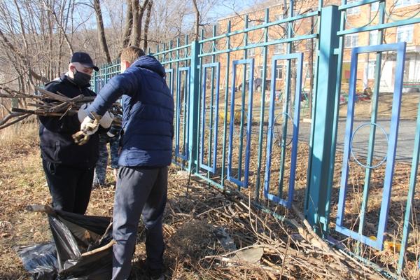 Воспитанники Находкинской воспитательной колонии ГУФСИН России по Приморскому краю благоустроили территорию Детского дома