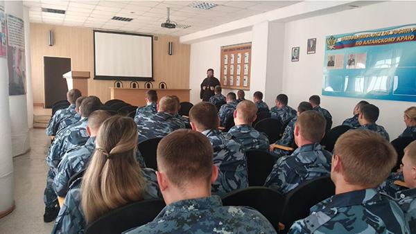С лекцией для сотрудников отдела по конвоированию УФСИН России по Алтайскому краю выступил проректор Барнаульской духовной семинарии.